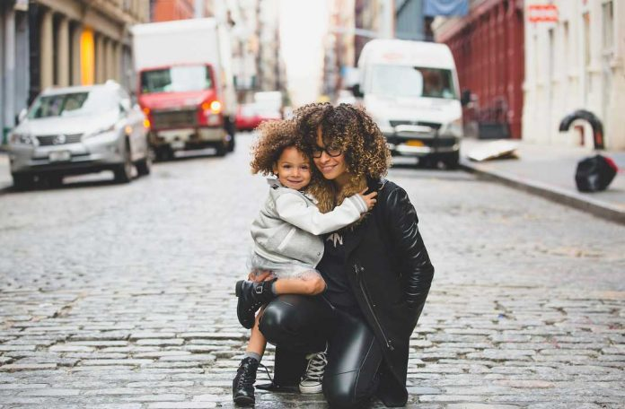 Zašto (ne) treba ulaziti u vezu sa samohranim majkama?