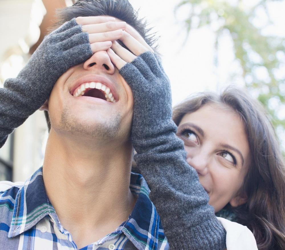 Da mu kosa osedi kad pomisli na tebe, da mu srce zadrhti kad nije kraj tebe! Ponašaj se ovako, budi tajanstvena i umiraće za tobom!