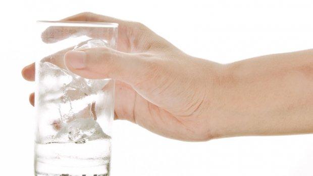 NEVEROVATNO: Ispustite čašu iz ruke svako veče pred spavanje i svi vaši problemi će nestati!