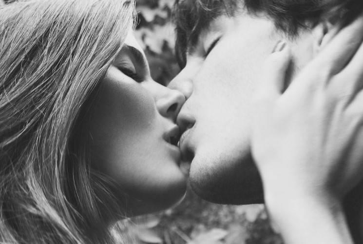 KAKO DA POLJUBIŠ MUŠKARCA: Poljubac zbog koga će OTKINUTI njegov horoskopski znak!