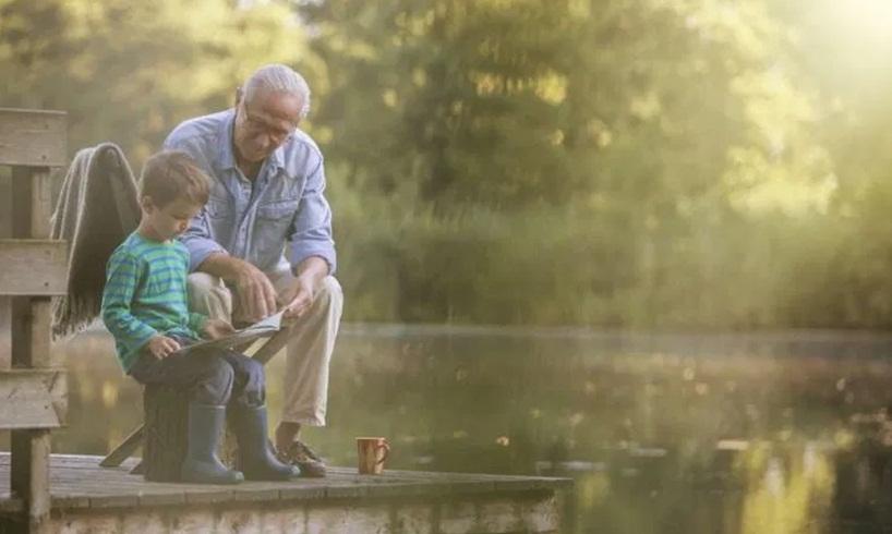 Deca koja odrastaju uz dede i babe srećnija su, pametnija i obrazovanija